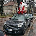 #Hamburg, Mittelweg - Unterwegs mit Rentieren? Der Weihnachtsmann fährt auf diesem Mini aus München mit! #Rotherbaum http://t.co/go36QNw4Up