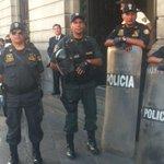 Ministro Urresti dijo q policias vendrian sin armas.Miren la pierna de este c/tremenda pistola #tomalacalle http://t.co/rBLj7kY3jm