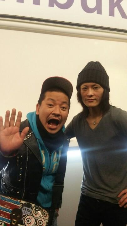 Merry  渋谷公会堂前ワンマン    ラストの 「群青 」の歌詞とメロディーと、怪我して1年休んでる  ベースのてつさんの登場に涙!!! クアトロに続き、ボーカルのガラさんに、また写真とってもらいました。 ありがとうございました! http://t.co/VwJUHGXhks