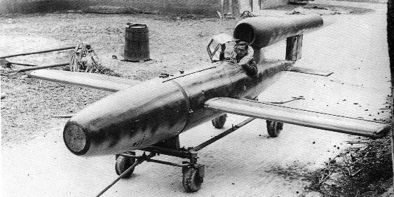 Fi-103R ライヒェンベルク V1飛行爆弾の有人機タイプ。最終段階でパイロットは空中脱出する想定らしいけど操縦席真後ろにジェットエンジンの吸入口があるんですがそれは。さすがにドイツ軍の中の人も「これはないな」と思い使用しなかった。 http://t.co/DCccxJqxu4