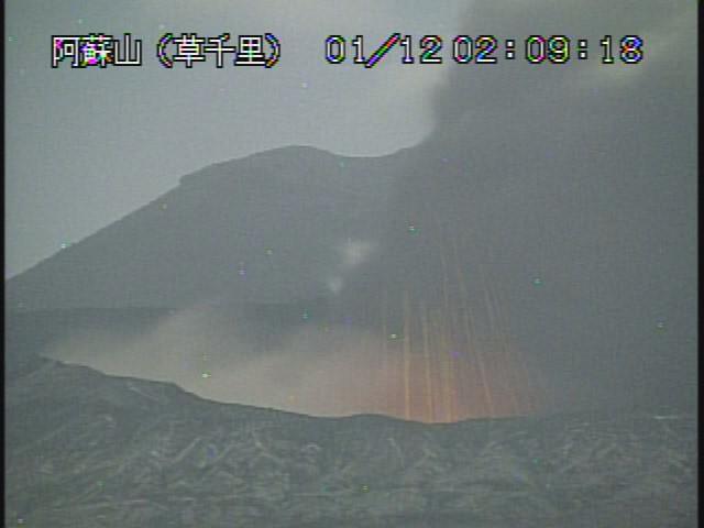 火山地震メモ 気象庁は阿蘇山監視カメラをズームさせました。 (1月11日22時30分以降に変更したと思います) http://t.co/72yMvLFXBT
