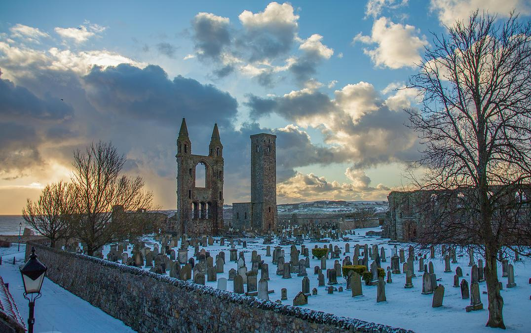 Doesn't St Andrews Cathedral look stunning in the snow? @welovehistory (photo by http://t.co/jc4FxMjYmY) http://t.co/s3qRjSKWSJ