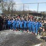 De fans steunden #Ajax bij training, Ajacieden steunen hun fans bij afgebrand supportershome.