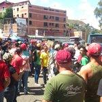 Concentración oficialista tranca el paso de la caravana con los expresidentes #24E #RamoVerde (vía @leoleitoleo) http://t.co/mN9WUQMRqT