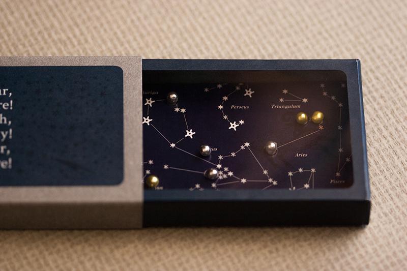 【takeopaper. com:あの紙、この紙】BACCOさんからいただいたのは、星に見立てた砂糖菓子を星座表の穴に入れる、楽しくロマンチックな年賀状。使用紙は「アリンダ」。http://t.co/1GaCssXIO3 http://t.co/58pPQ7iee0