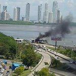 #Precaución auto incendiado en la caseta del Corredor Sur. Foto/@AmaralinaSaez http://t.co/jIvgpLjEoM