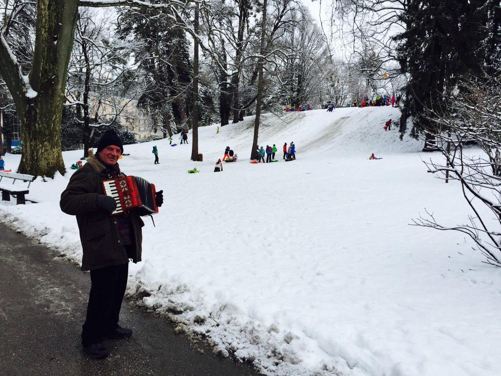 Da una collinetta nel parco i bambini scivolano in slittino. La musica li accompagna. È Salisburgo,in fondo.#Austria http://t.co/JDbxLKbGnW
