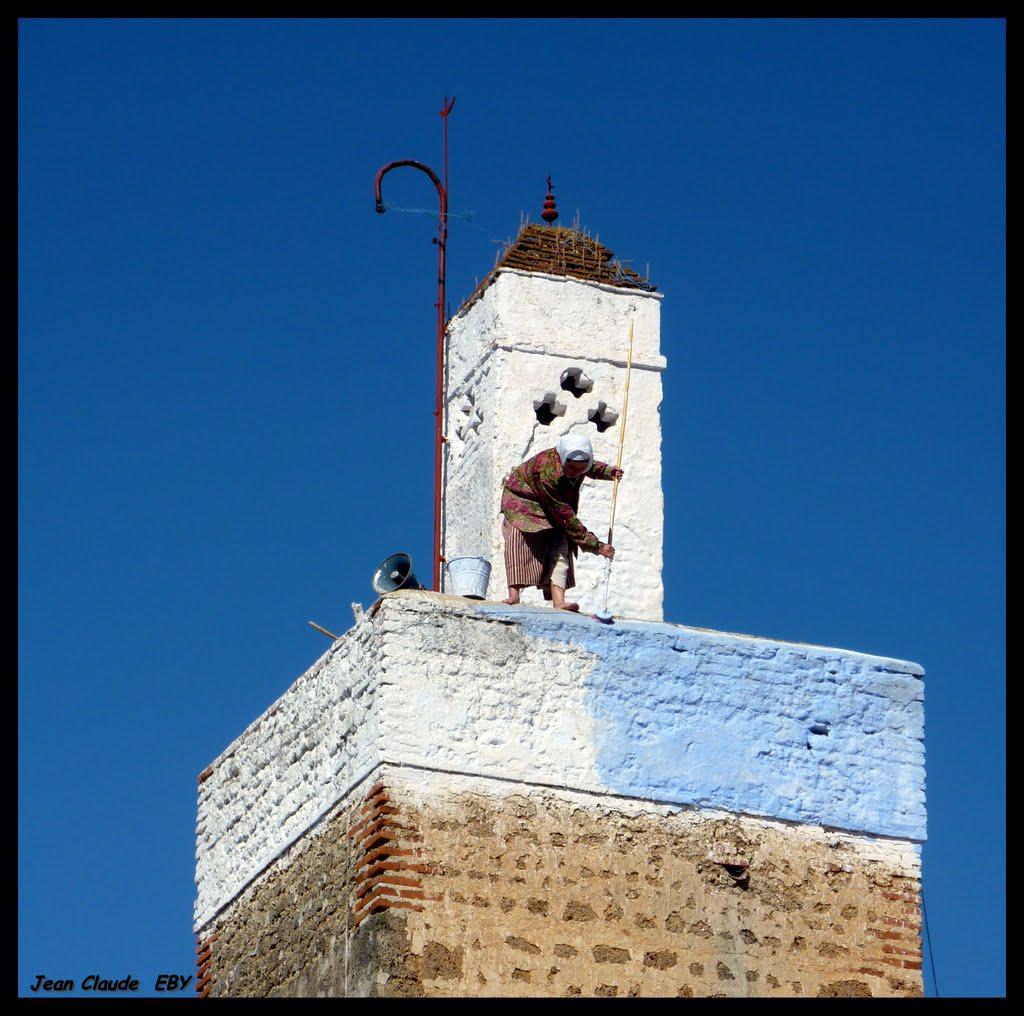 جمعة مباركة للجميع :)  بارك الله في هذه المرأة المغربية من شفشاون، والتي لا تعرف المستحيل، على اعتنائها بالمسجد! http://t.co/U06lCPXI4n