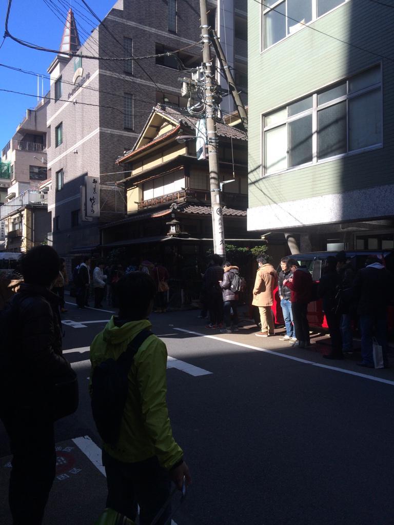 東京・神田の老舗甘味処「竹むら」で謎の大行列 開店直後にも関わらず若い男ばかり100人並んでいる