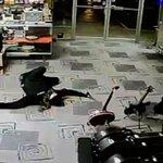A VOIR: Un braqueur fait semblant dêtre mort pour senfuir. La vidéo >> http://t.co/BW93DDc7Gl http://t.co/fELka3I50h