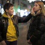 A VOIR: Il demande a des gaçons de giffler une jolie fille, réactions émouvabtes. La vidéo >> http://t.co/ICKa6mORE7 http://t.co/NO6wImy4fi