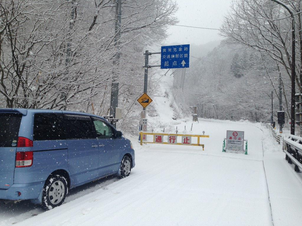 奥多摩周遊道路、雪で通行止め\(^o^)/ http://t.co/22I4vdpCj1