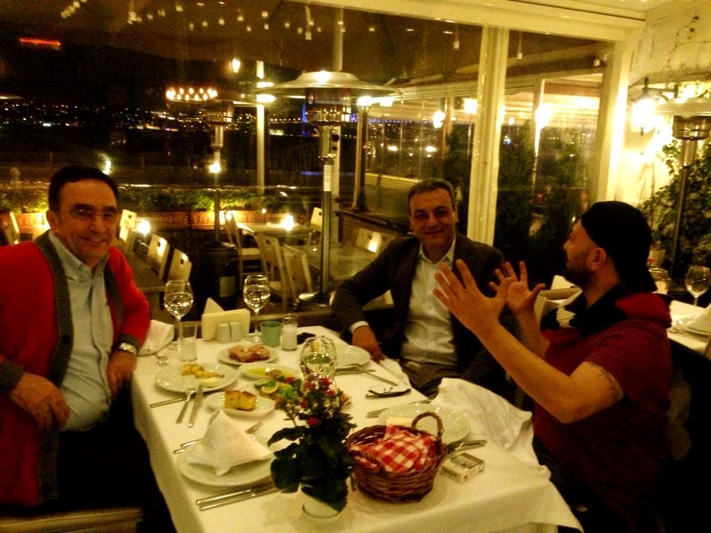 RT @ceyhunyilmaz: Ambulans kahramanları Ali Haydar Bozkurt (Toyota) @AHBozkurt001  Dr.Üstün Ezer (Lösev) ve ben (Boşta) http://t.co/69wpk3Zn