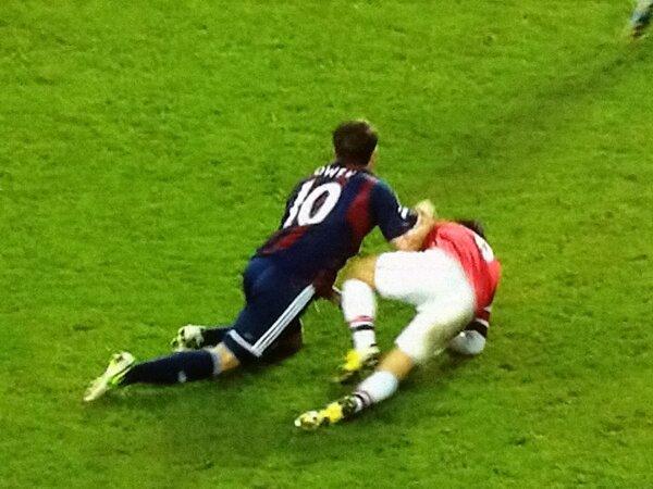 BCIxXLPCEAAwDaI Video: Michael Owen throws a punch at Mikel Arteta (Arsenal 1   Stoke 0)