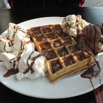 RT @FoodPornsx: Ice cream & waffles covered in chocolate,. http://t.co/rSTZ6N1wLB