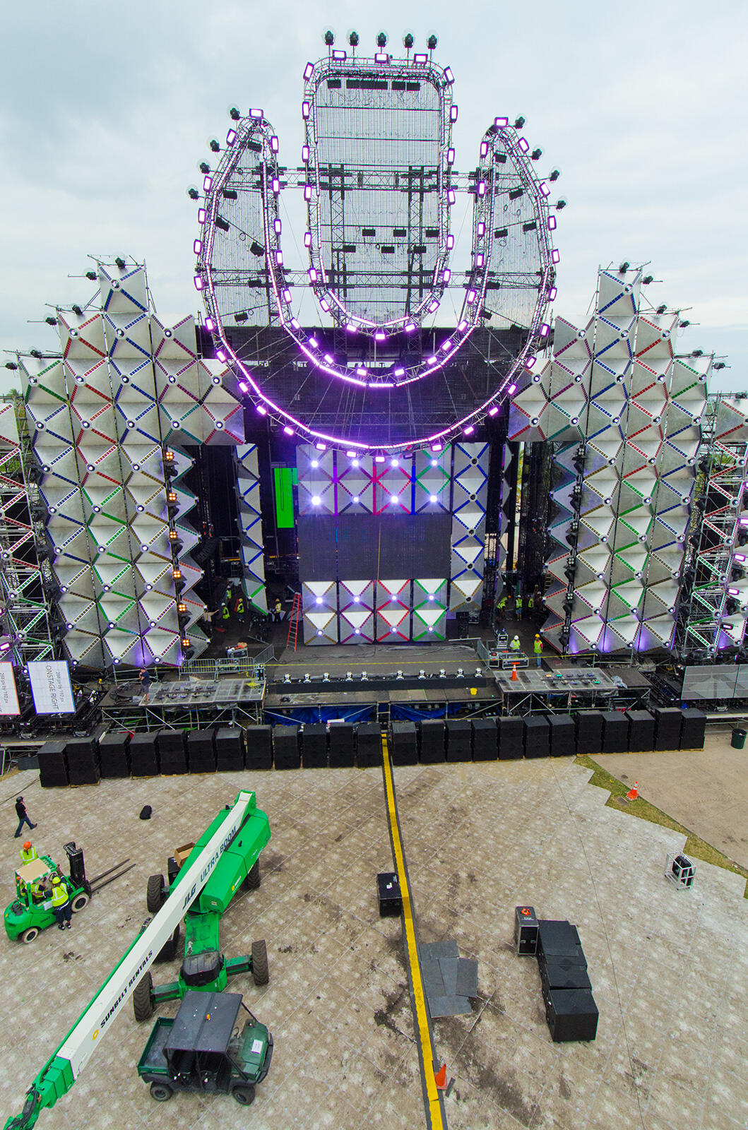 Fun fact: the Ultra mainstage is 200 ft wide and over 100 ft high. http://t.co/qiBUY8aUAi