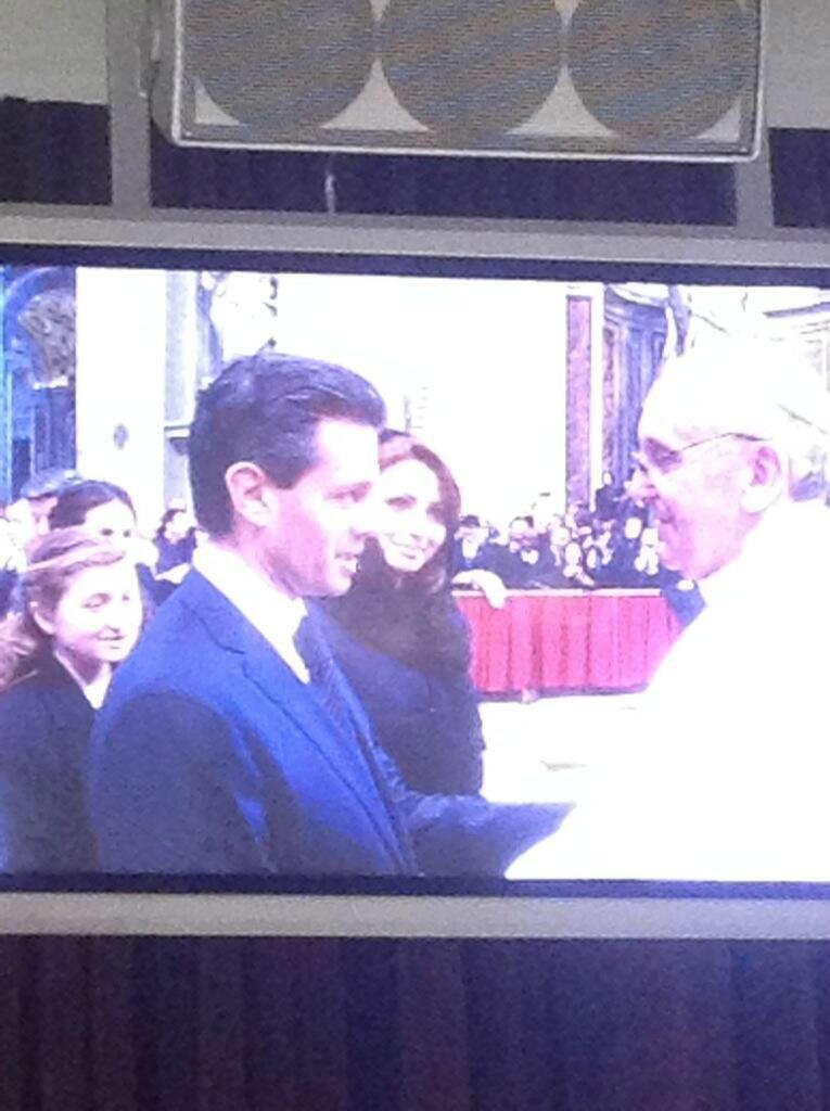 El Presidente Peña Nieto, la Señora Angélica Rivera y el Papa Francisco (vía @LauPerezCisnero) http://t.co/RzTqjoK4TP