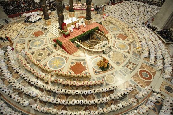 Otra vista aérea de la basílica de san Pedro con los 2 mil sacerdotes que concelebraron hoy con el Papa #JuevesSanto http://t.co/VZZlkHSfxq