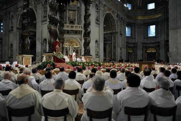 En todas las catedrales católicas del mundo hoy los sacerdotes se reúnen en torno a su obispo para #Díadelsacerdote http://t.co/E7yyhHMdth