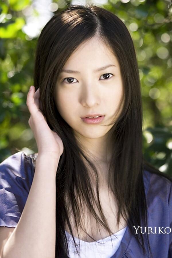 髪の毛をいじる吉高由里子