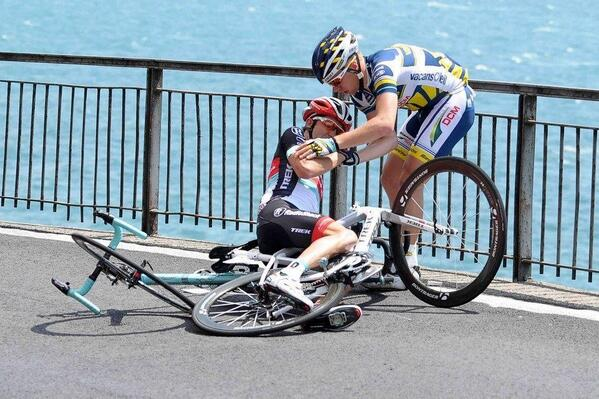 Solidarity in the peloton: it exists. Great pic! RT @meowclank Photo of the day. @giroditalia @RSLT @VacansoleilDCM http://t.co/adNx8uufUS.