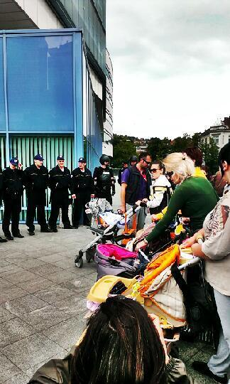 Majke sa bebama u naručju protiv specijalaca. #sarajevo #bih #protesti #jmbg http://t.co/SDRHAZ5zjF
