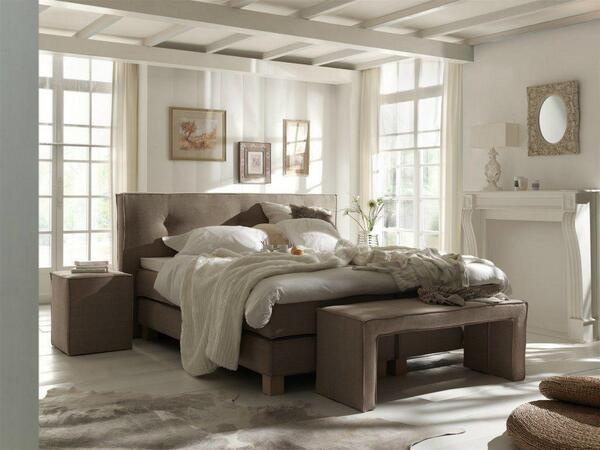 Slaapkamer idee boxspring alta met stoere houten elementen en accessoires over een landelijk - Witte kamer en taupe ...
