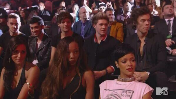 A cara da Rihanna e do One Direction vendo a apresentação da Miley é A+! HAHAHAHAHAHAHHAHA http://t.co/WU6UPoOZkp
