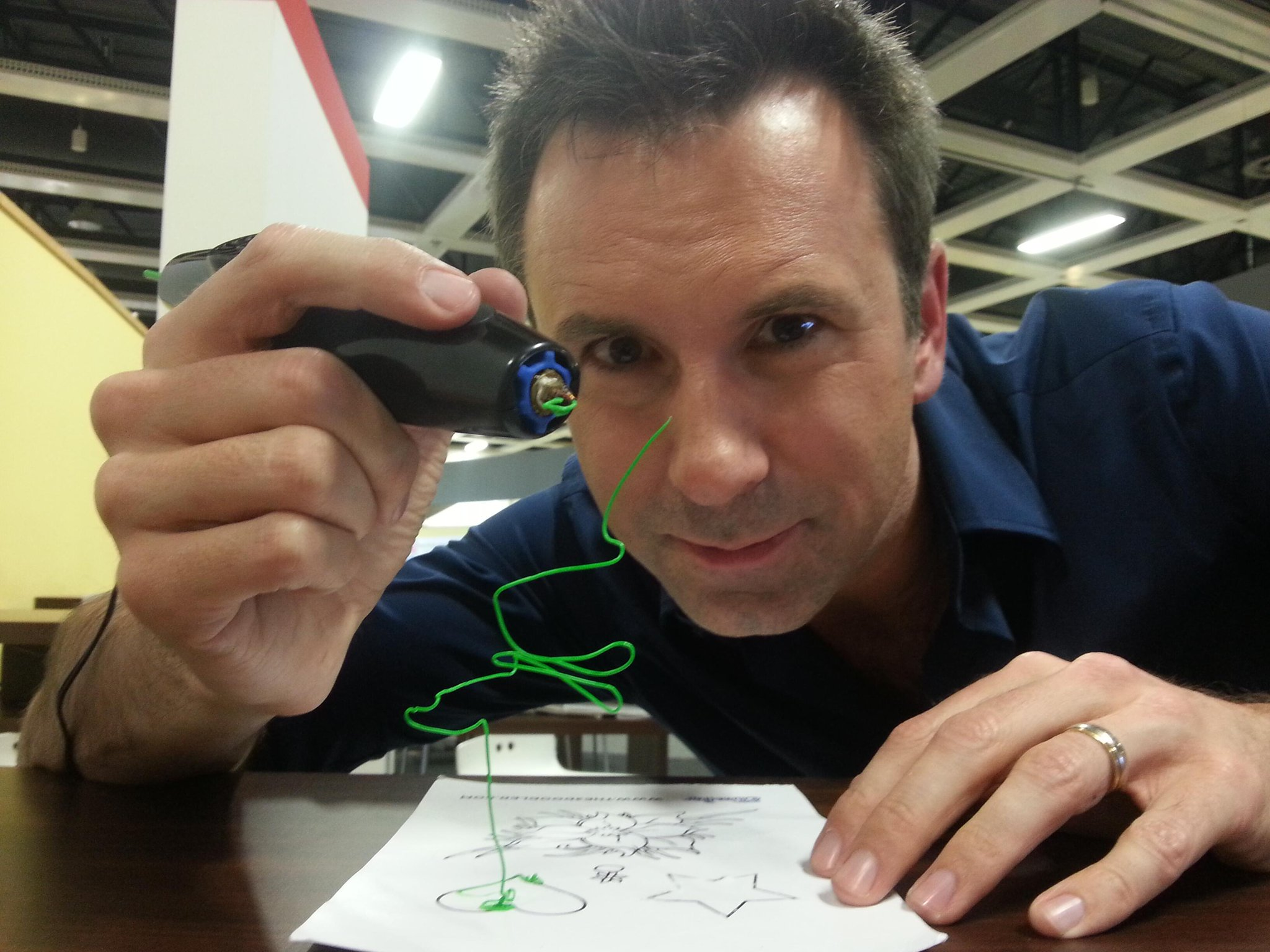 Move over 3d printers. Drawing with the 3d pen at #IFA13. Spen http://t.co/BKqYBCbmEN