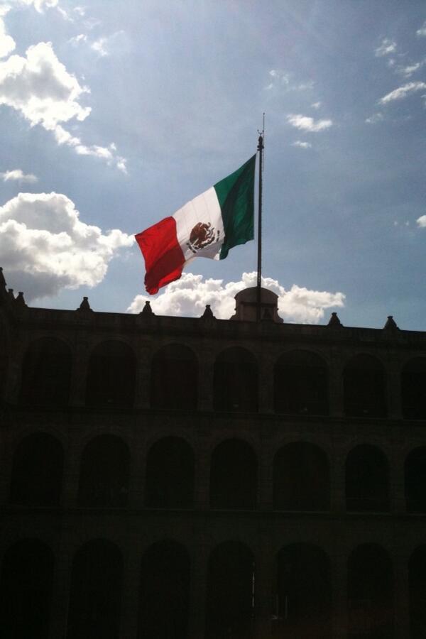 Florentino Limon  (@h2olimonreal): Hola @glendacnn así luce la bandera del zócalo desde palacio nacional, toda una hermosura, un pedacito de mi México