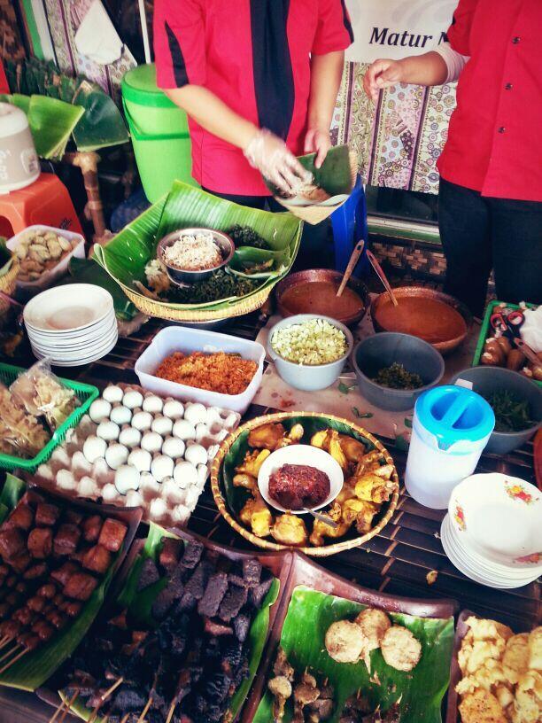 Pecel Pincuk Ibu Ida, di Jl.Transyogi dan Kota Wisata Cibubur. Enaaaak :) http://t.co/OBSc1EJBH0
