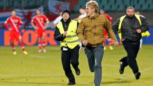 Двое наших болельщиков, выбежавшие на поле во время матч Люксембург – Россия, могут провести в местной тюрьме 30 дней