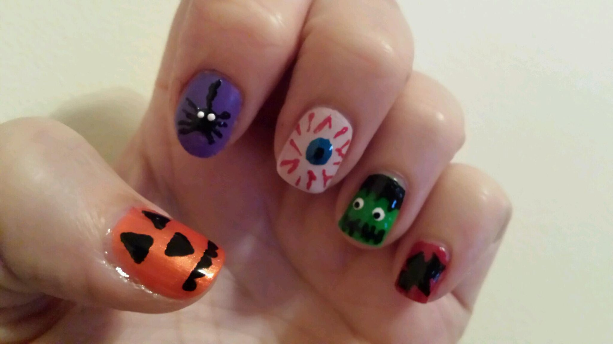 RT @laylalucas: @Avon_UK these are my Halloween nails http://t.co/eJwKwQBpL8