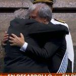 "#LAFOTO José ""Pepe"" Mujica entrega banda presidencial a Tabaré Vázquez >>> http://t.co/tqMKHfl0b4 http://t.co/0osefSRA1V"