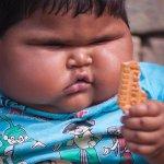 ميرور: طفلة هندية تبلغ من العمر 10 أشهر ووزنها 13 كجم وتعاني من سمنة مفرطة بسبب إدمانها على أكل البسكويت. http://t.co/php5V8ySGX