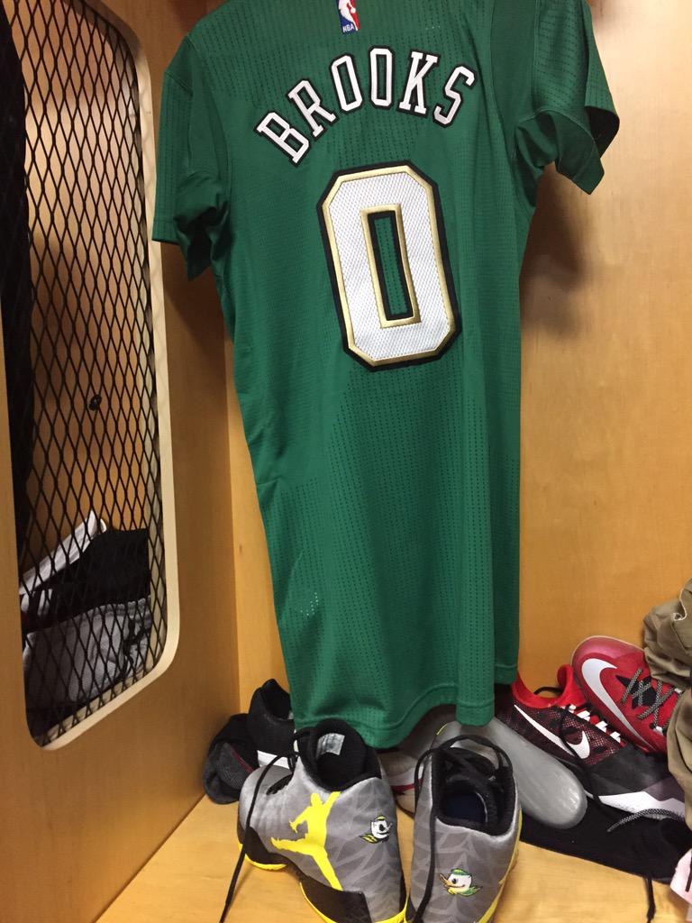 St. Patrick uniforms tonight against memphis.... #SeeGreen http://t.co/nmRnZ7xLbR