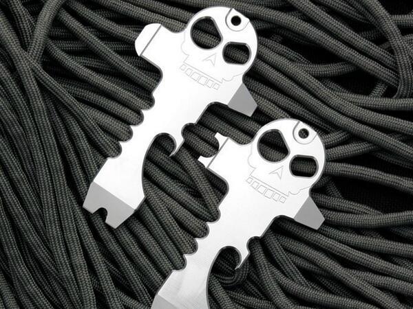 Skeleton Key это многофункциональный девайс. Им можно открывать бутылки, закручивать винты, и даже выдергивать гвозди http://t.co/cZQ4Gi7SdY