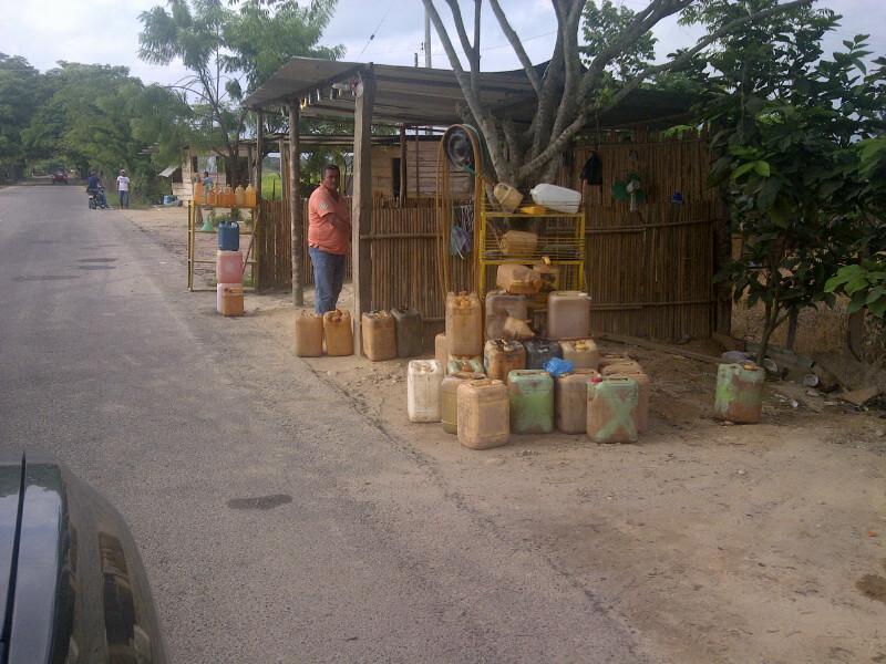 RT @leopoldolopez: Imagenes del contrabando: Asi de bandera venden la gasolina venezolana en Colombia. http://t.co/1QriiUJ45d