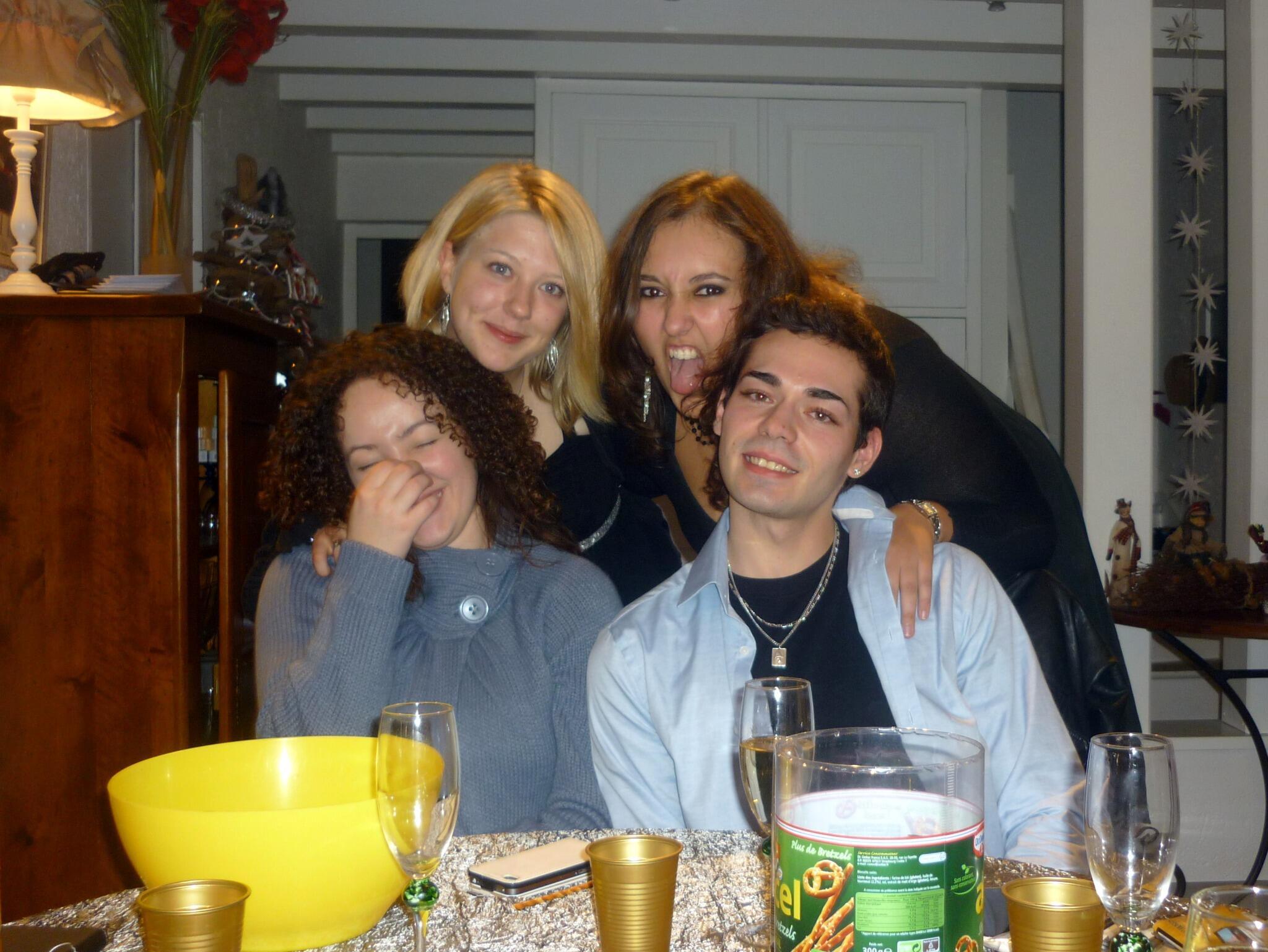 Avec ma petite famille; ma femme Laurent, notre fille Leïla et notre squatteur Thom on vous souhaite une bonne année http://t.co/ZYkDwV35jC