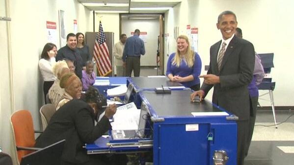 الرئيس أوباما يمزح مع موظفي اللجنة بعد إدلاء سيادته بصوته اليوم في مدرسة أم المصريين بدائرة كفر عشري بمحافظة شيكاغو http://t.co/CZPct894yG
