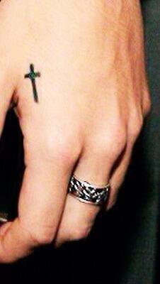 THERE IS SOMETHING BEHIND THAT BLOODY RING OHMYGOD http://t.co/RfNLG2WC4v