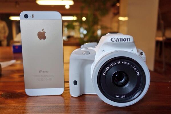 iPhoneと比べるとこんな感じ。一眼レフでは世界最小最軽量だそうです。軽くて本当に小さい! http://t.co/FhK2x0mBX9