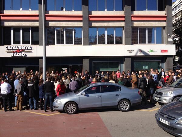 TOTHOM a la porta de @CatalunyaRadio  recordant #TatianaSisquella. Fins sempre! http://t.co/tCz7EquCyr