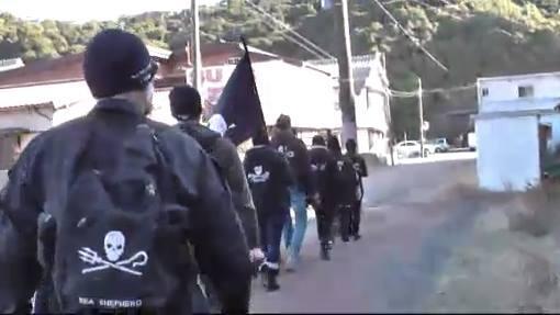 小さい子供とかは怖くてたまらないだろうなあ。 QT @taiji_walker 【定期】日本の小さな漁村:太地町で、異常な事が起こっています。海賊旗を持った刺青のシーシェパードの連中が町内を行進行い威圧、生活の妨害を行っています。 http://t.co/xDcfPVKFsM