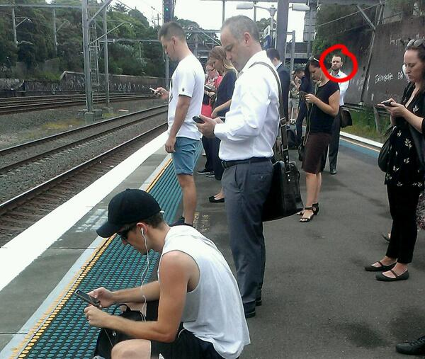 What on earth is wrong with this dude? What is he looking at? The 'real' world? Why? Is his battery low?  http://t.co/uUrsPZkpGs m @cap0w