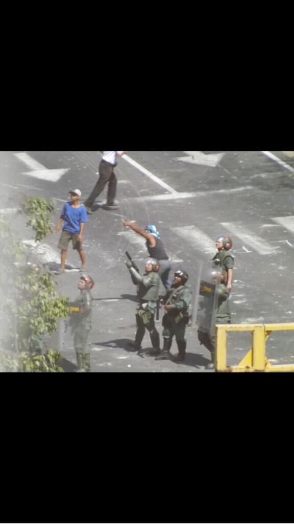 """Esto ocurre en el estado Bolívar, colectivos junto a GNB atacan a vecinos en edificios. #Venezuela"""" http://t.co/ol6gSi37Hh"""