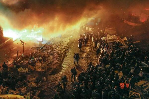As death toll rises, intense images of #Ukraine protests pour in. Live updates from @Newsweek: http://t.co/bz2RLhdDdG http://t.co/8RmjlB9BCJ