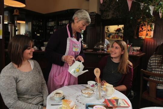 ロンドンに誕生したカフェが今注目を集めています。ここで働くスタッフは、なんと全員が60歳以上のおばあちゃん!いったいどんなカフェなんでしょう?⇒ http://t.co/fX3Ko8aODn癒されそう~近くにあったら通っちゃうな。 http://t.co/MRKKsF612L