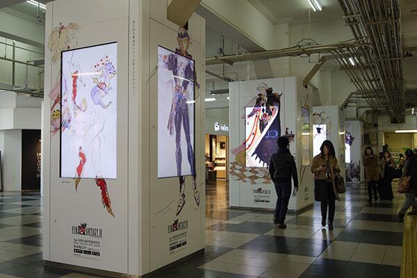 渋谷駅に魔導アーマーふたたび!スマホ版FFVIの配信記念として、渋谷駅(JR線乗換口前)の6本のデジタルサイネージをFFVIのキャラ達が占拠しております! http://t.co/V3pALyFB11
