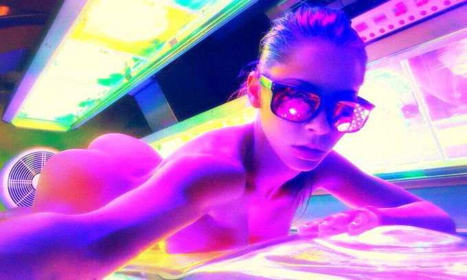 Puttin Tits on the glass #Tanning #Selfie #TushyTuesday http://t.co/z6qmEDT6ud